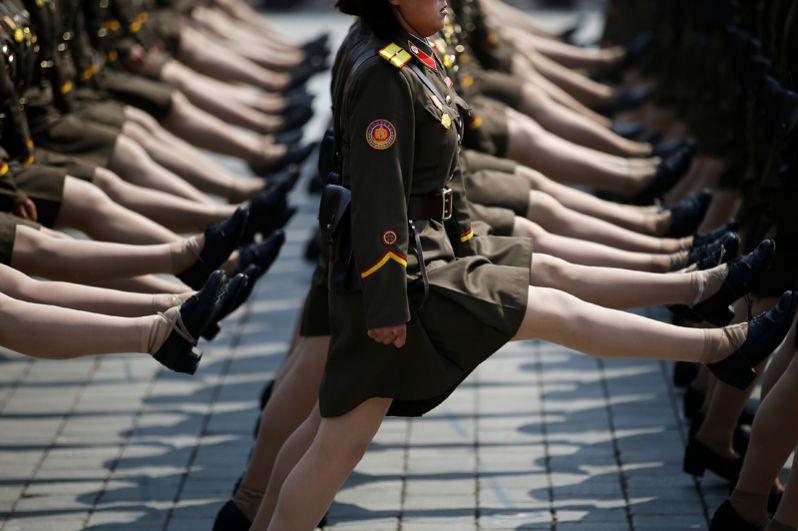 Во время военного парада, посвященного 105-летию со дня рождения основателя Северной Кореи Ким Ир Сена в Пхеньяне.