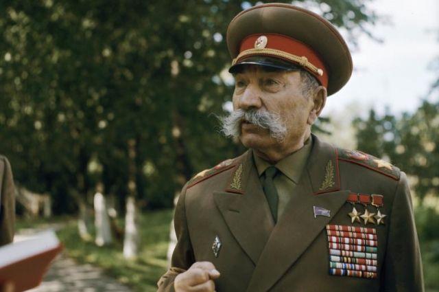 Маршал Советского Союза Семён Будённый на подмосковной даче, 1969 год.