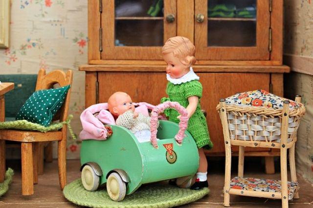 На выставке можно будет увидеть не только кукол, но и кукольную посуду, и мебель.