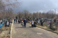 Мужчина приехал на кладбище помянуть отца