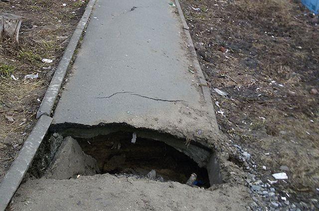Яма на тротуаре по улице Немировича-Данченко, 119 и 121