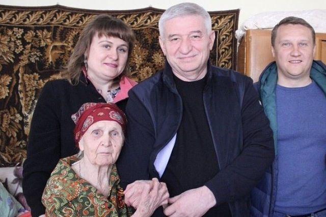 Руководитель Ставрополя Андрей Джатдоев поздравил долгожительницу сознаменательным юбилеем