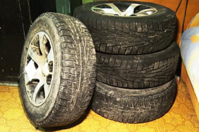 Неизвестные похитили четыре колеса R-15 с летними шинами.