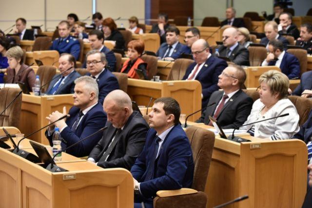 За назначение компенсации выпадающей части зарплаты депутатам-бюджетникам проголосовали  25 из 27 депутатов. Двое воздержались.