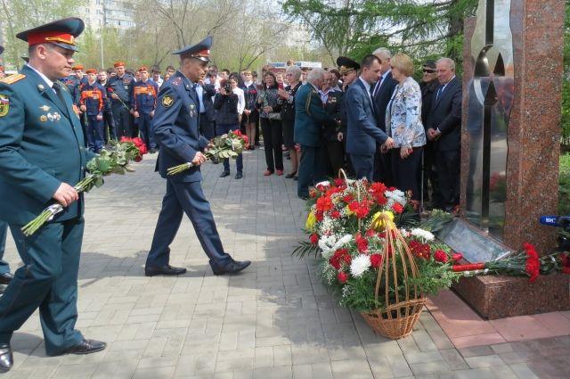 Каждый год в Оренбурге благодарные потомки приходят с цветами к памятнику жертвам радиационных аварий.