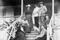 Семья Смит на даче, расположенной в пригороде Владивостока, Элеонора - первая справа.