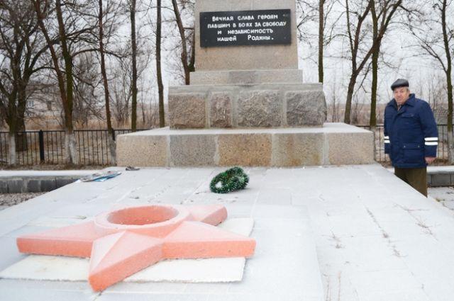 «Огонь Славы» на братском захоронении в посёлке Майский.