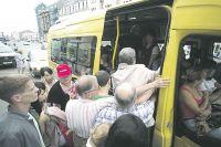 Водители так набивают маршрутки, что у тех вываливаются двери. Иногда — вместе с пассажирами.