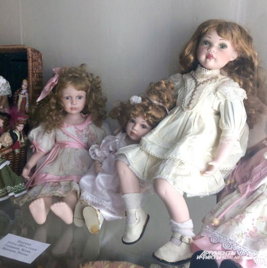 Куклы похожи на живых девочек.