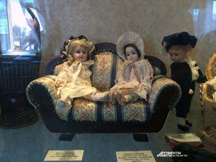 На выставке представлены не только куклы, но и мебель.