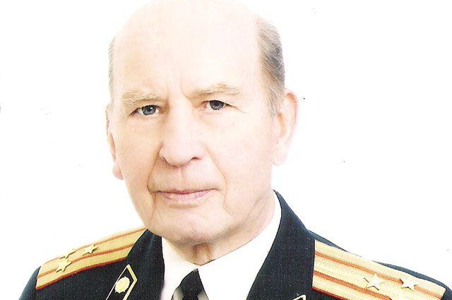 Сергею Савенкову о войне напоминают награды.