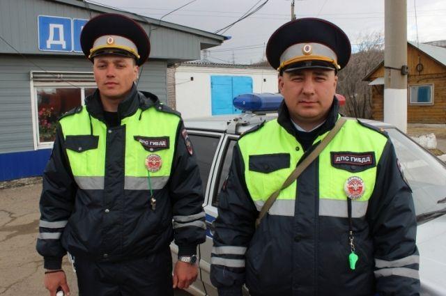 Полицейские, экстренно доставившие в больницу пострадавшего ребенка в Иркутске.