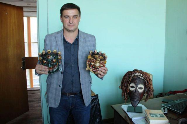 Александр Перфилов собрал около 200 масок и статуэток со всего мира.