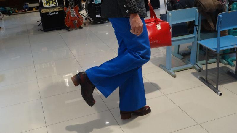 В моде в 70-е были брюки-клеш. Размах достигал 30 см.