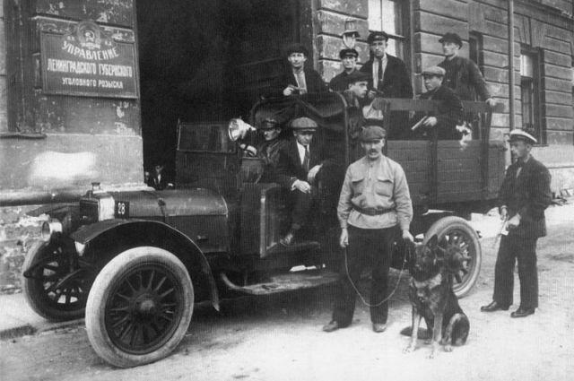 Оперативная группа у входа в Управление Ленинградского губернского уголовного розыска.