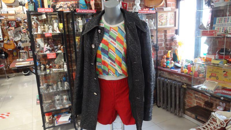 Куртки из фловерлака, которые блестели на свету, изначально были писком моды.