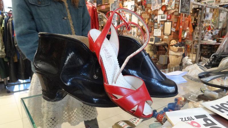Это чехлы на туфли. Босоножки легко вдевались в галоши.