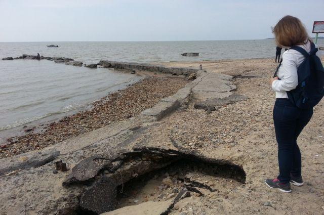 Главный пляж Таганрога поражает своим запустением.