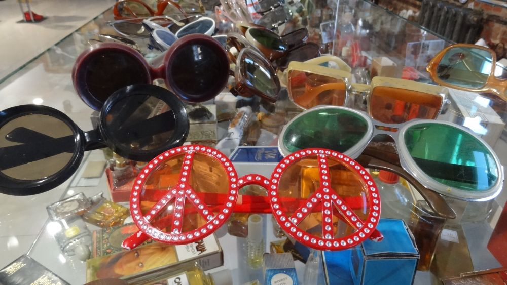 Очки были самым модным и доступным аксессуаром.
