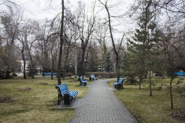 В челябинских парках уже состоялись субботники, скоро территории обработают от клещей.