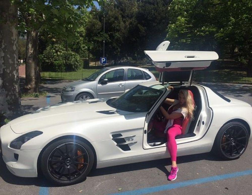 Главная блондинка украинского шоу-бизнеса Оля Полякова разъезжает на белом Mercedes