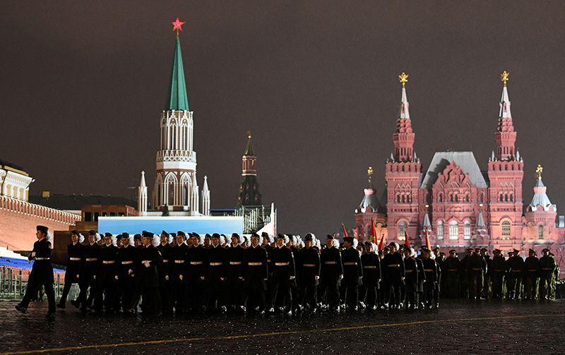 Воспитанники Суворовского военного училища на репетиции парада Победы на Красной площади.