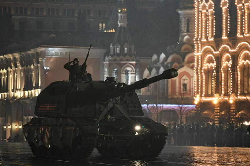 Самоходная артиллерийская установка (САУ) «Мста-С» на репетиции военного парада, посвященного 72-й годовщине Победы в Великой Отечественной войне, на Красной площади в Москве.