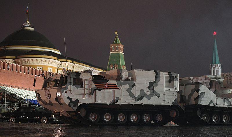 Зенитный ракетно-пушечный комплекс «Панцирь-СА» на базе вездехода ДТ-30 на репетиции парада Победы на Красной площади.