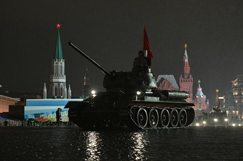 Танк Т-34-85 на репетиции парада Победы на Красной площади.