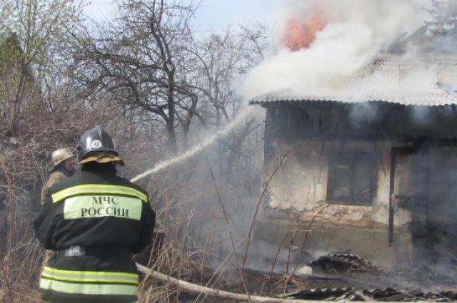 Около трёх часов понадобилось пожарным, чтобы справиться с огнём.