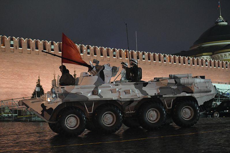 Бронетранспортер БТР-82А на репетиции парада Победы на Красной площади.