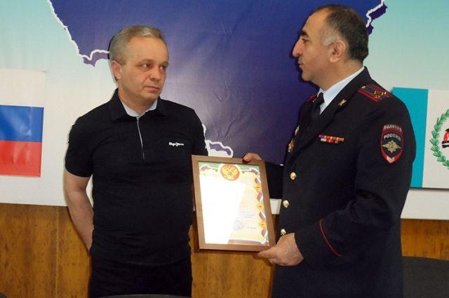 Ивана Москальченко за спасение ребенка наградил начальник ОМВД России по Нижнеудинскому району Хачатур Григорян.