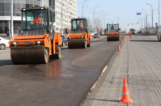 Первые 600 тонн нового асфальта положили на бульваре Строителей.