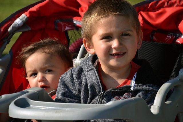 Полуторагодовалый малыш закрылся дома вместе с двухмесячным братом.