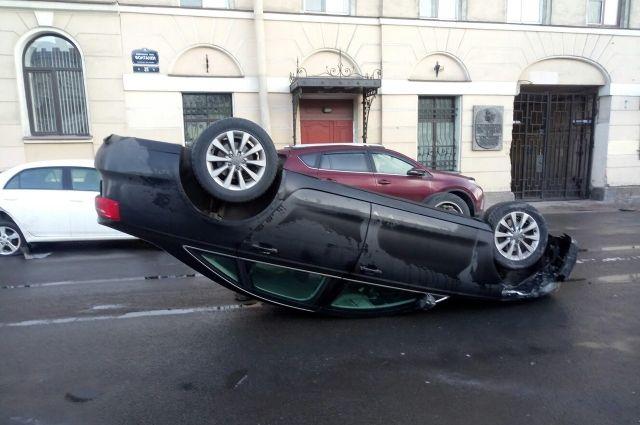 ВПетербурге перевернулась накрышу иностранная машина из-за заклинившего руля