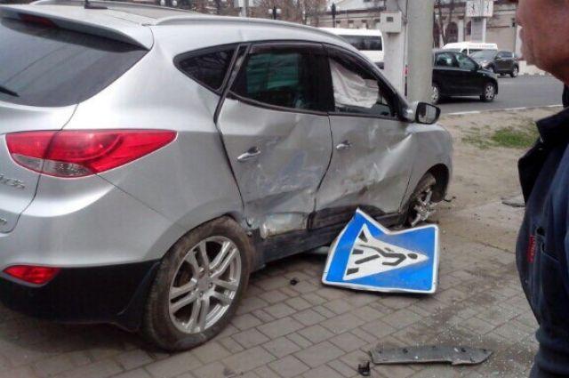 ВТуле серьезная авария: наулице Пушкинской машина вылетела натротуар