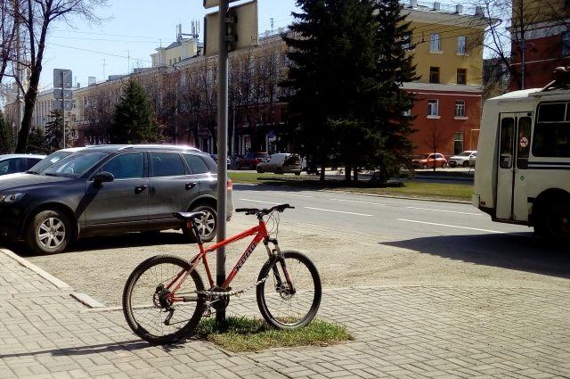 Многие горожане пересели на велосипеды с наступлением теплого времени года.