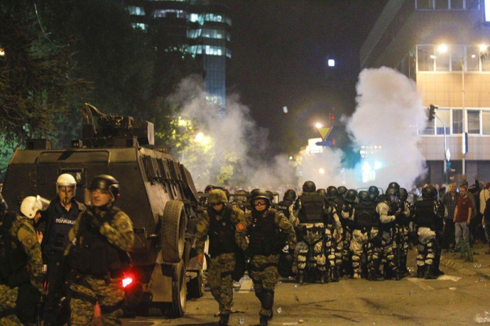 Македонские бойцы ОМОН заблокировали дорогу возле парламента.