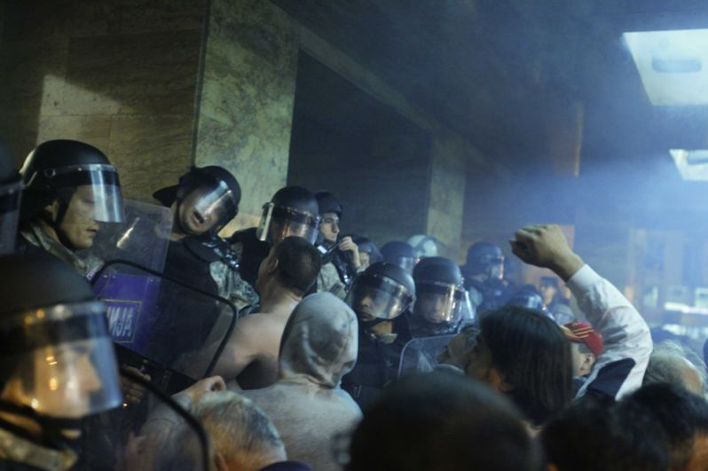 Демонстранты штурмуют парламент Македонии в Скопье.
