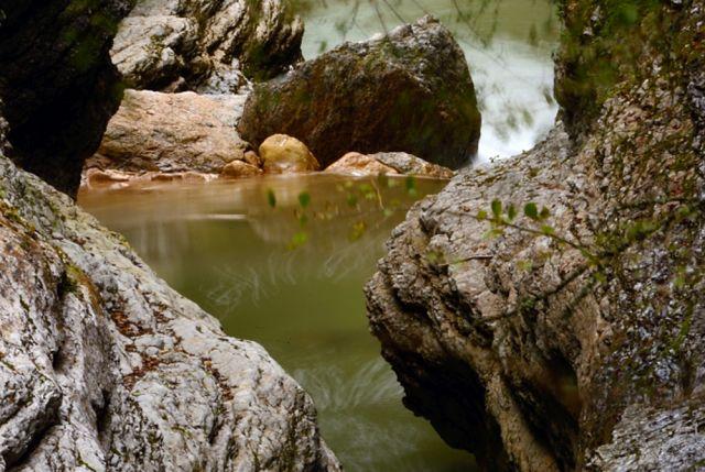 В выходные дни по Гуамскому ущелью можно прокатиться на экскурсионном тепловозе.