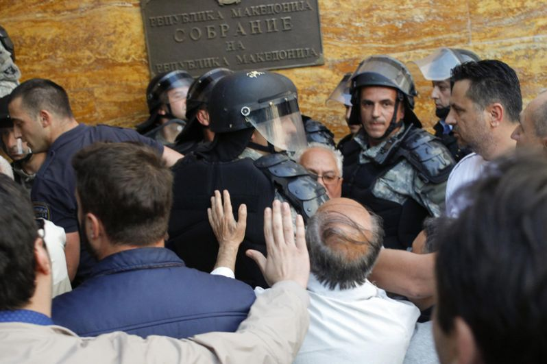 Столкновения с полицией в парламенте Македонии.