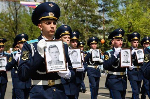 Главные герои в День Победы - солдаты-победители.
