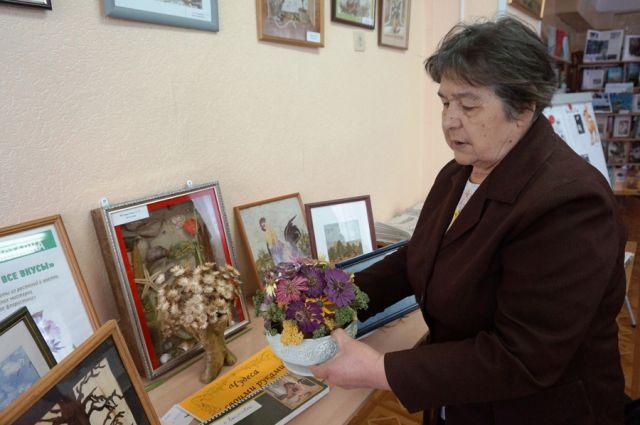 Слева от Людмилы Валентиновны – работа нынешнего председателя клуба Елены Кузнецовой, выполненная из банана и кукурузы, а справа – её любимая «Нищенка».