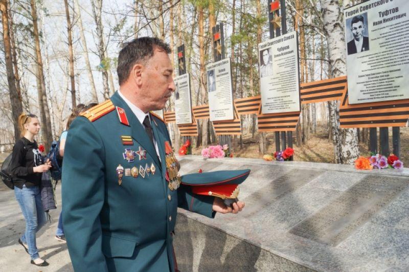 У памятника воинам, погибшим в годы Великой Отечественной войны.