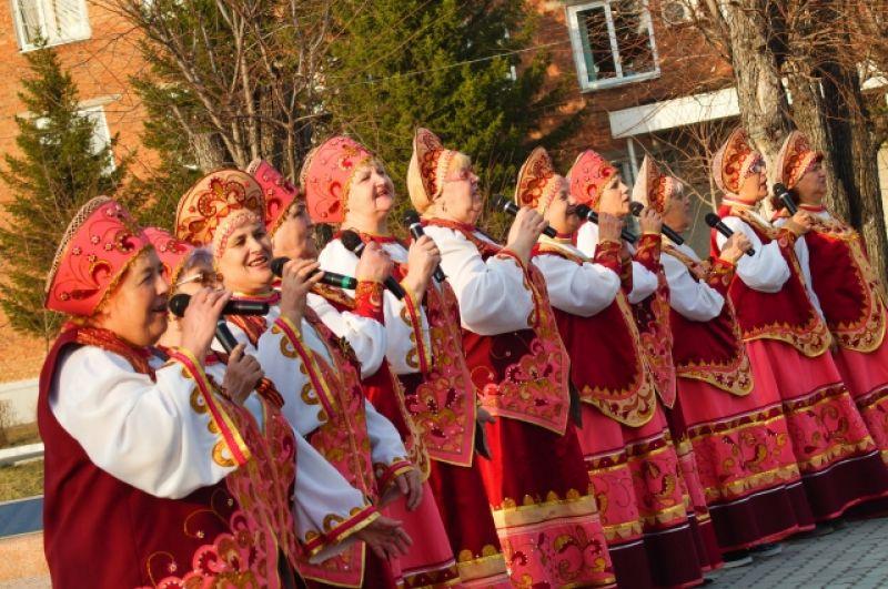 Песни военных лет поет народный коллектив Боготола.