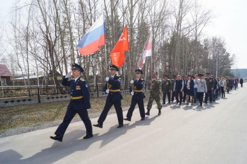 Боготол. Колонну возглавляют офицеры и курсанты Военно-инженерного института.