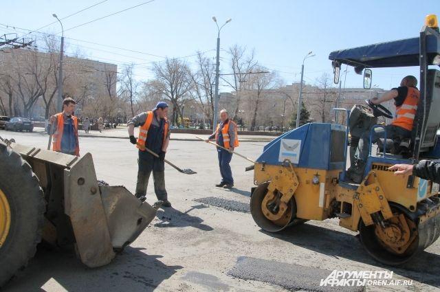 Рабочие уже устранили около тысячи ям.
