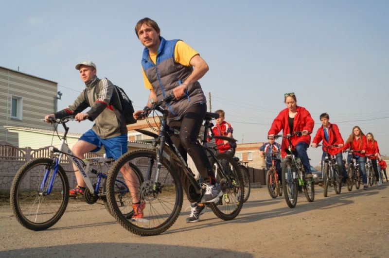 В Боготоле к нам присоединился велопробег. Около 40 участников - молодых людей на велосипедах - возглавили нашу колонну.