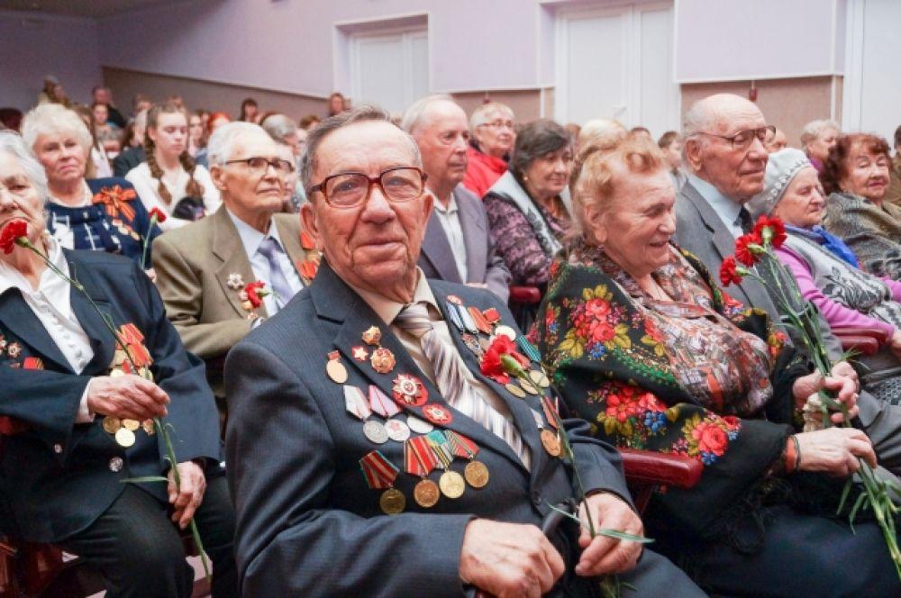 В Ачинский дом культуры поздравить ветеранов пришли около 500 жителей города.