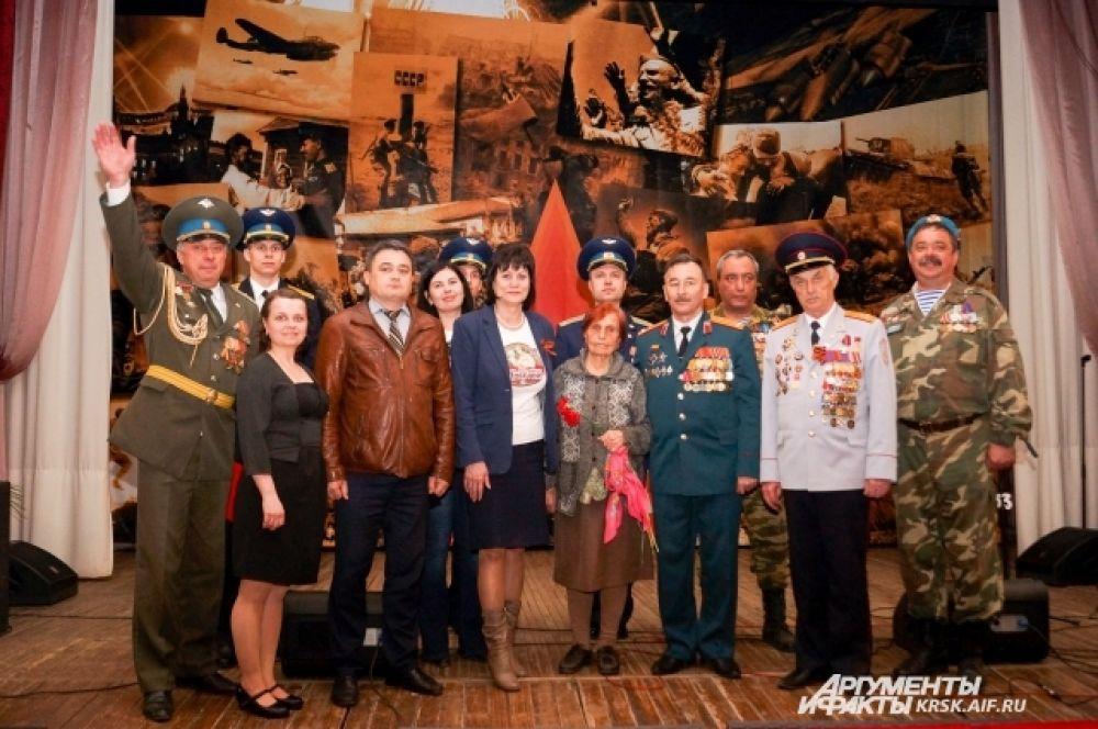 В Тюхтете фото на память с единственным ветераном, пришедшим на встречу.
